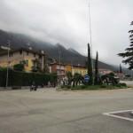 Häuser vor dem Monte Baldo